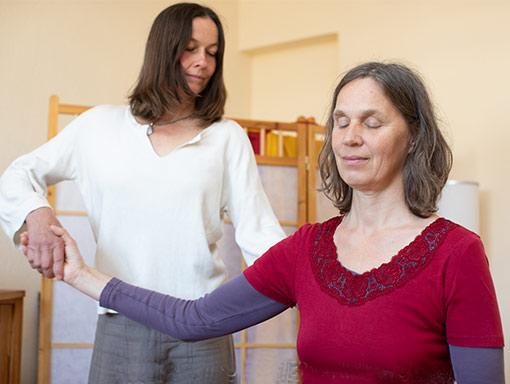 Chael behandelt Schulter mit Alexandertechnik